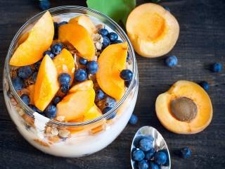 Собирать пазл Apricots and blueberries онлайн
