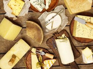 Собирать пазл Assortment of cheeses онлайн