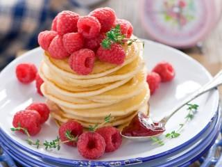 Собирать пазл Pancakes and raspberry онлайн