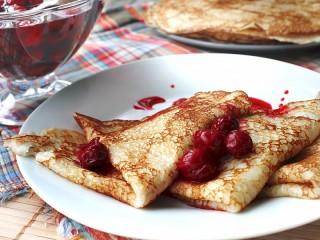 Собирать пазл Pancakes and cherry онлайн