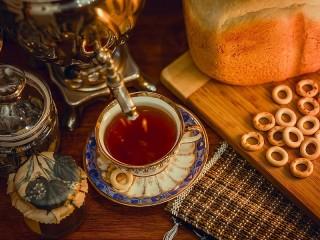 Собирать пазл Tea from a samovar онлайн