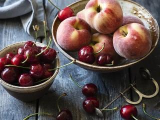 Собирать пазл Cherries and peaches онлайн