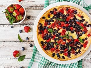 Собирать пазл Cheesecake and strawberries онлайн