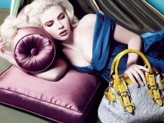 Собирать пазл Girl with bag онлайн