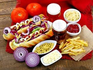 Собирать пазл Hot dogs and beer онлайн