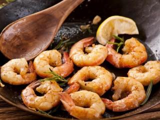 Собирать пазл Shrimps with rosemary онлайн