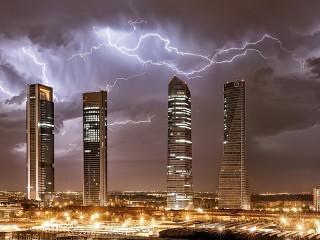 Собирать пазл Molnii nad Madridom онлайн