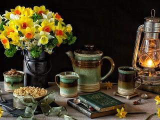 Собирать пазл Daffodils and ceramics онлайн