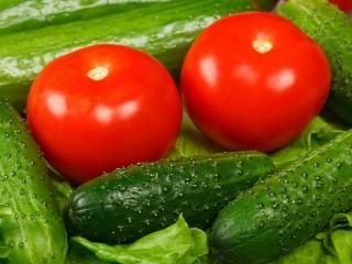 Собирать пазл Cucumbers and tomatoes онлайн
