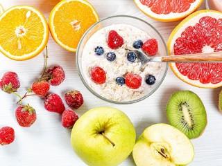 Собирать пазл Oatmeal with berries онлайн