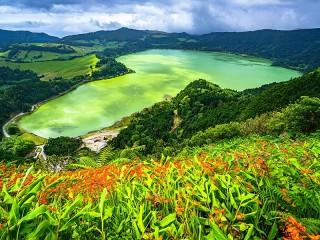 Собирать пазл Lake among mountains онлайн