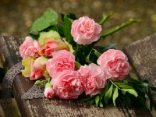 Собирать пазл Peonies and roses онлайн