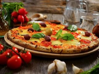 Собирать пазл Pizza with olives онлайн