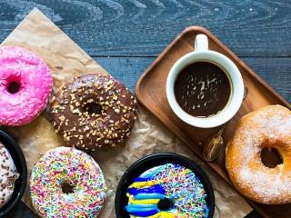 Собирать пазл Donuts and a Cup онлайн