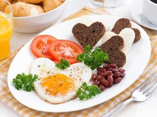 Собирать пазл Festive Breakfast онлайн