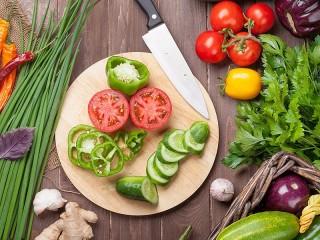 Собирать пазл Prigotovlenie salata онлайн