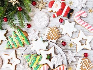 Собирать пазл Gingerbread and snowflakes онлайн