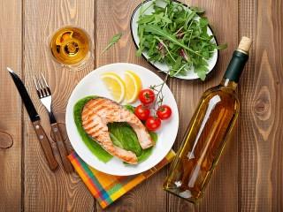 Собирать пазл Fish and wine онлайн