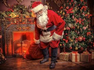 Собирать пазл Santa Claus by the fireplace онлайн