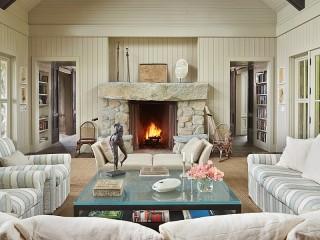 Собирать пазл A table by the fireplace онлайн