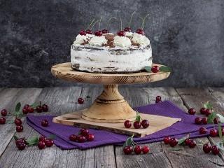 Собирать пазл Cake with cherries онлайн