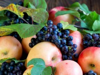 Собирать пазл Apples and grapes онлайн