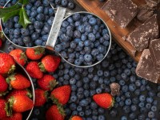 Собирать пазл Berries and chocolate онлайн